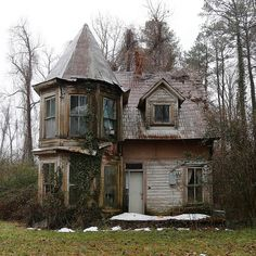 Creepshack - Welcome! Old Abandoned Buildings, Abandoned Mansions, Old Buildings, Abandoned Places, Beautiful Homes, Beautiful Places, Creepy Houses, Haunted Houses, Spooky House