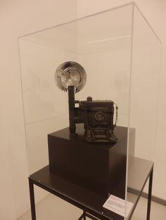 Wir zeigen auch das Corpus Delicti - ein Replikat der Speed Graphic Plattenkamera, mit der Weegee in den 1930er und 40er Jahren fotografiert hat. Foto: LUDWIGGALERIE