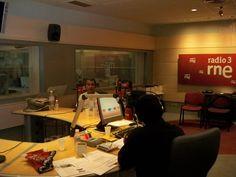 Hablando en Radio Nacional de España con Alfredo Robles sobre la niñez en el Perú.