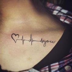 Schlüsselbein Tattoo mit Herzschlag als Symbol der Liebe