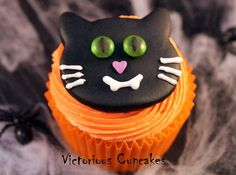 Halloween Cat Cupcake Creepy Halloween Food, Twin Halloween, Halloween Vampire, Halloween Pumpkins, Halloween Foods, Happy Halloween, Cat Cupcakes, Cupcake Cakes, Cupcake Ideas