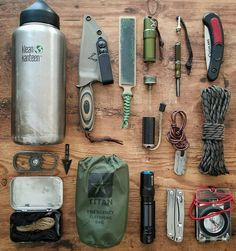Top bushcraft techniques that all survival fanatics will certainly wish to master right now. This is most important for bushcraft survival and will definitely spare your life. Bushcraft Skills, Bushcraft Gear, Bushcraft Camping, Tactical Survival, Camping Survival, Bushcraft Backpack, Tactical Training, Camping Gear, Survival Equipment