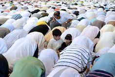 Marsiglia, Francia  Due bambini francesi durante la prghiera dell'Eid al-Fitr, a Marsiglia, in Francia. (GERARD JULIEN/AFP/GettyImages)