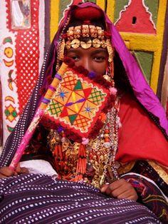 Africa | Berber woman holding a fan in her hand. Ghadames, Libya | ©Sawako