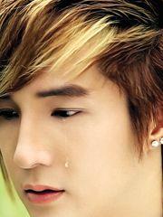 Hình ảnh ca sĩ Lâm Chấn Khang đáng yêu với dòng lệ trắng, trên gương mặt đẹp trai, ăn ảnh với nỗi buồn cùng dòng lệ,