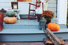 Autumn Porch Decor - on twineandbraids.com  autumn decor//porch decor//fall