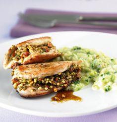 Köstlich und leicht: Das Putenschnitzel mit Rahmwirsing überzeugt uns mit nur 450 kcal pro Portion und ist in nur 35 Minuten zubereitet!