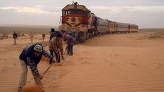 Immer wieder machen Wanderdünen das Weiterkommen schwierig: unterwegs auf der Strecke von Oujda nach Bouarfa.