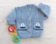 Baby boy cardigan – 0 to 6 months boy – Baby hand knit sweater with sailboats – New baby gift – Infant knits – Baby shower gift Baby Strickjacke 0 bis 6 Monate Baby Strick von LurayKnitwear Baby Boy Cardigan, Cardigan Bebe, Toddler Sweater, Knitted Baby Cardigan, Knitted Baby Clothes, Hand Knitted Sweaters, Boys Sweaters, Sweater Cardigan, Knitting Patterns Boys