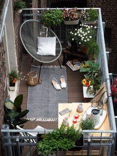 Même si l'espace est relativement petit, l'aménagement de ce balcon est bien pensé. On utilise notamment des jardinières suspendues pour gagner de la place. Un fauteuil Acapulco et un tapis pour l'aspect cosy et confort. Une table d'angle pour prendre les repas, les petits déjeuners et le café sur le balcon.