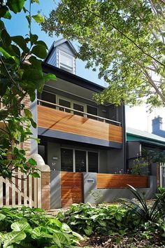 This stunning terrace house blurs the boundaries between indoors and out by Elaine Richardson Architect, sited in Alexandria, a suburb of Sydney, Australia. Terraced House, Long House, Open House, Architect House, Architect Design, Narrow House Designs, Internal Courtyard, Patio Interior, Courtyard House