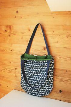 Tasche im Retro-Stil  In Handarbeit selbst angefertigte Tasche mit Stoffen aus 100 % Baumwolle. Vorder- und Rückseite: Dunkelblau-weiß mit Retro-Kreisen Innenstoff: dunkelgrün, als idealen Kontrast zum Außenstoff Henkel: dunkelblau