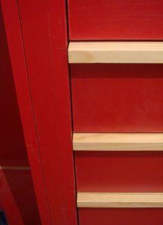 Detalle de cajonera roja. Diseño y reforma de 08023 Arquitectos - Barcelona