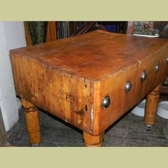 LARGE ANTIQUE BUTCHER BLOCK IN EXCELLENT CONDITION : Architectural Artifacts - Toledo, OH