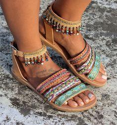 Sandalias de cuero genuino griego. Sandalias de tiras con tres correas de cuero que abrazan el pie y un tobillo. Sandalias Jamelia están adornados con ribetes de sutura manual y un montón de cristales multicolores. Muy cómodo resistente y elegante par de calzado. Jamelia es como los zapatos de una princesa de Marruecos! Tamaños disponibles: EU:........ 35... 36... 37... 38... 39... 40... 41... 42 UK:.......... 2....3-3,5.........4......5........6......6,5........7.........8 ESTADOS UNIDO... Ankle Strap Flats, Strappy Sandals, Leather Sandals, Sandals Outfit Summer, Summer Shoes, Sock Shoes, Cute Shoes, Bohemian Sandals, Jeweled Sandals