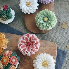 Amazing flower cupcakes. They look so real. Beautiful.