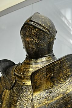 Medieval Knight, Medieval Armor, Gold Armor, Armadura Medieval, Knight Armor, Suit Of Armor, Armours, Arm Armor, Fantasy Armor