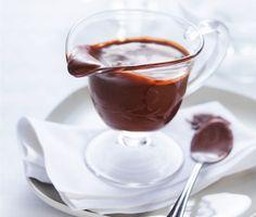 Mjuk och följsam chokladsås, som smakar ljuvligt. Såsens krämighet och smak kommer från smör, kakao, sirap, socker och grädde. Den goda chokladsåsen tillverkar du snabbt och enkelt.