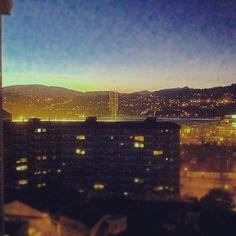 """""""Si es bueno vivir todavía es mejor soñar y lo mejor de todo despertar"""". (Antonio Machado) #buenosdias #goodmorning #despertar #despertando #awake #awakening #ciudad #city #citylights #lucesysombras #lucesdelaciudad #vigo #vigomola #galiciacalidade #instagramers #instavigo #citascelebres #quote #quoteoftheday #citadeldía"""