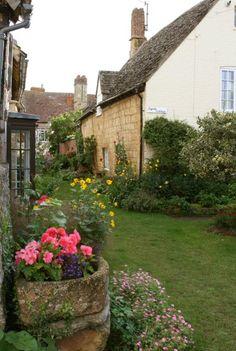 beautifulengland: Byrds Cottage, from Fleece Inn, Bretforton now that's a real hypertufa-real life English trough