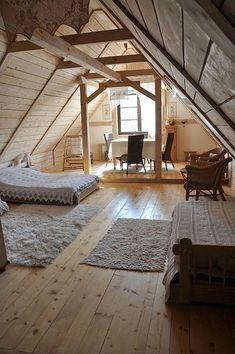 mansardenwohnung einfaches design skandinavischer stil bett auf dem boden stühle fenster flauschige teppiche weißer teppich fellteppich