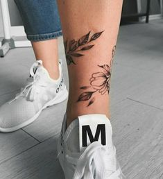 You are in the right place about Foot Tattoos mens Here we offer you the mos … – foot tattoos for women flowers Mini Tattoos, Rose Tattoos, Body Art Tattoos, Small Tattoos, Sleeve Tattoos, Flower Tattoos, Tattoos On Foot, Butterfly Tattoos, Tattoo Art
