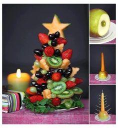 Kerst-fruit-boom! Superleuk op tafel Deze boom boordevol vitaminen en mineralen kun je makkelijk zelf maken met bijvoorbeeld aardbei, kiwi en druif!