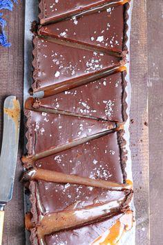 Tarta cu sos de caramel sarat si crema de ciocolata neagra Caramel, Cheesecakes, Sweet Recipes, Food And Drink, Sweets, Cookies, Coffee, Sweet Treats, Pie