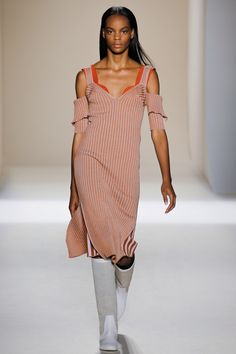 Victoria Beckham  #VogueRussia #readytowear #rtw #springsummer2017 #VictoriaBeckham #VogueCollections  #Repin by https://www.kensington-bespoke.uk - Bringing the #chic and #style of #Kensington High Street direct to your home.