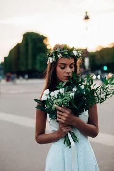 Crédits photos : Pierre Atelier http://www.pierreatelier.com/ Inspiration mariage Naturel chic à Paris. Bouquet de mariée et couronne de fleurs Girls&Roses Paris