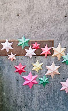 Una pioggia di stelle cadenti che si posano su una torta e che decorano una parete.   Per la notte di San Lorenzo, per una festa speciale.  ...