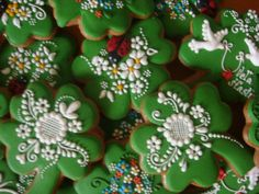 Patrick's Day decorated cookies, with sweetly piped daisies, lace, & love-birds - by medovniky-kraslice. Irish Cookies, St Patrick's Day Cookies, Iced Sugar Cookies, Fancy Cookies, Sweet Cookies, Easter Cookies, Holiday Cookies, Cookie Frosting, Royal Icing Cookies