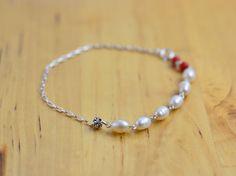 Bracelet chaîne Perle Corail Argent par Xusflu sur Etsy Beaded Bracelets, Etsy, Jewelry, Fashion, Coral, Unique Jewelry, Silver, Bead, Moda