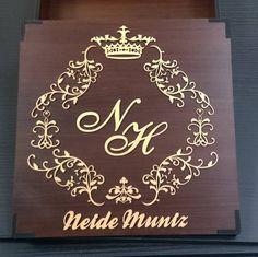 Caixa personalizada para padrinhos em MDF.  #Personalize.AM #Manaus #Amazonas #mdfdesign #mdf #cortelaser #lasercut #casamento #noivos #noivas #padrinhos #brasãocasamento #brasão #festa #caixaspersonalizadas #marriage #lembrança by personalize.am