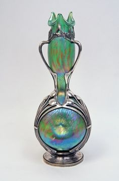 Loetz Art Nouveau Iridiscente florero monta en el soporte del metal