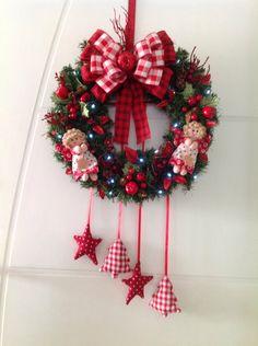 GUIRLANDA NATALINA (com e sem iluminação de LED)  Natal esta chegando? É hora de decorar a sua residência, comércio, etc? Então vamos decorar a sua porta de entrada com uma GUIRLANDA LINDA!!!   DESCRIÇÃO:  Guirlanda de 45 x 45 cm, decorada com bonequinha de anjinhos, com vários enfeites d...