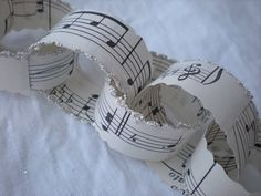 Why have I never thought of doing this? Super cute music paper chain!!