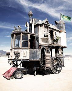 Amazing steampunk wheelhouse at the Burning Man festival. You might also like: Burning Man Festival 2011 in the Black Rock Desert pics) Burning Man pics) Amazing steampunk wheelho Casa Steampunk, Steampunk Design, Steampunk City, Steampunk Necklace, Casa Hipster, Gypsy Wagon, Gypsy Caravan, Gypsy Trailer, Howls Moving Castle