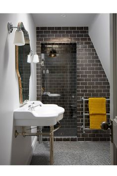 Dark Tile Bathroom - An open-plan layout full of intriguing design details in this Victorian house at Oxford - real homes on HOUSE by House & Garden. Modern Victorian Decor, Victorian Style Bathroom, Victorian House Interiors, Modern Decor, Mid-century Modern, Victorian Terrace Interior, Victorian Townhouse, Victorian Tiles, Victorian Houses