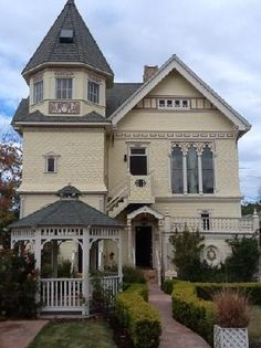 The Victorian Mansion at Los Alamos, Los Alamos--- I could deal with living here! Interesting Buildings, Beautiful Buildings, Beautiful Homes, Beautiful Dream, Victorian Style Homes, Victorian Decor, Victorian Houses, Victorian Era, Victorian Interiors