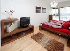 S prostorem tak bylo třeba pracovat opatrně, ale i tak se nám ale podařilo zasadit do něj robustní postel, navíc rozšířenou o elegantní noční stolky. Na spodní straně jsou nalepeny LED pásky, které důmyslně nahrazují klasické lampy. V rohu místnosti pak najdete elegantně tvarovaný stolek pod televizi s vyvýšenou dekorační plošinou. Naproti němu pak stojí sada jednoduchých šuplíků. Vše je vyrobeno z masivního dubového dřeva a namořeno do sytě hnědé barvy, která dodává pokoji patřičný styl! Bed, Furniture, Home Decor, Decoration Home, Stream Bed, Room Decor, Home Furnishings, Beds, Home Interior Design