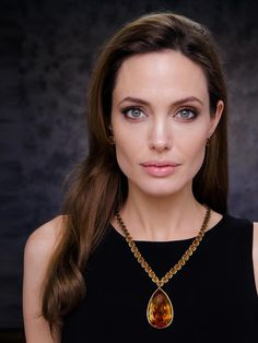 "Angelina Jolie wearing the ""Jolie Citrine Necklace"" that she donated to the Smithsonian. Photo by RP Studio Angelina Jolie gave the Sm. Angelina Jolie Wedding, Angelina Jolie Fotos, Choker, Jolie Pitt, Unique Necklaces, Pearl Necklaces, Pearl Jewelry, Jewelry Bracelets, High Jewelry"