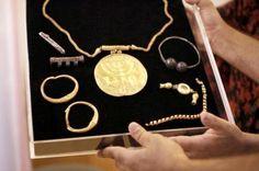 Tesoro de Ophel - En 2013, un tesoro fue encontrado durante una excavación de la Universidad Hebrea, a los pies del Monte del Templo en Jerusalén.  Consistía en dos paquetes que contenían 36 monedas de oro de la época bizantina, joyas de oro y plata, un medallón de oro con un menorah y un medallón de 10 centímetros con un cuerno de carnero y un rollo de la Torá grabada en ella.  Los arqueólogos estiman que fueron abandonados durante la conquista persa de Jerusalén en el año 614.   Las 36…