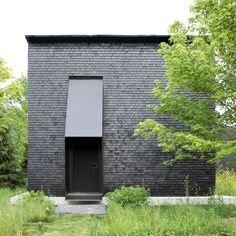 Manhattan-based studio Thomas Phifer and Partners has designed the 'Hudson Valley House II'; a collection of distinctive black shingle cabins that form a residential enclave. Hudson Valley, Small Cottage Homes, Small Cottages, Cottage House, Black Building, Journal Du Design, Wood Shingles, Cabin In The Woods, Small Buildings