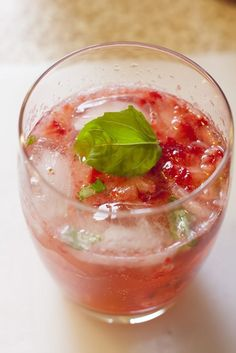 Strawberry and basil cocktail Basil Cocktail, Cocktail Drinks, Cocktails, Fancy Drinks, Summer Drinks, Non Alcoholic Drinks, Beverages, Cocktail Recipes At Home, Basil Recipes