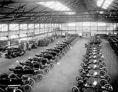 Vintage Cars Ford Model T Assembly Line / Henry Ford was instrumental in developing Statistical Process Control (SPC) which was embraced by manufacturing companies, worldwide, and is standard operating procedure in mass manufacturing settings. Henry Ford, Ford Motor Company, First Ford Car, Old Pictures, Old Photos, Vintage Photos, Ford Foundation, Aircraft Engine, Today In History