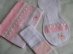 Kit higiene passeio. 01 Regurgitador ( Ombro mamãe ) 01 Paninho de boca 35 x 35 01 Toalha porta fralda c/ bolso em Piquet c/ ziper ( para as fraldas ) R$ 48,00