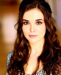 Zoey Deutch Daughter of actress Lea Thompson and director Howard Deutch. Like her mother it doesn't get anymore beautiful than this. Zoey Deutch, Vampire Academy, Victor Hugo, Pretty People, Beautiful People, Beautiful Women, Brunette Actresses, Brown Haired Actresses, Rose Hathaway