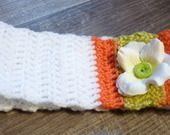 bandeau fillette laine blanche, corail et vert anis, orné d'une fleur en tissu avec bouton vert : Accessoires coiffure par mysweetbrittany