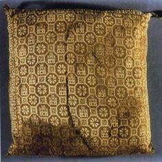 knit pillow cover from tomb of Prince Fernando de la Cerdo Medieval World, Medieval Times, Renaissance Time, Medieval Embroidery, Medieval Crafts, Century Textiles, Knitted Cushions, Textile Fiber Art, Knit Pillow